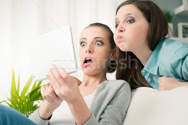 Stockfoto: Glimlachend · meisjes · foto's · tablet