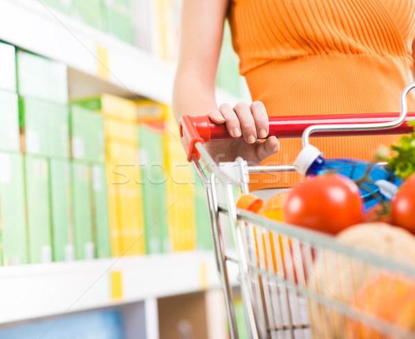 Foto stock: Mulher · supermercado · compras · mãos · fruto · armazenar