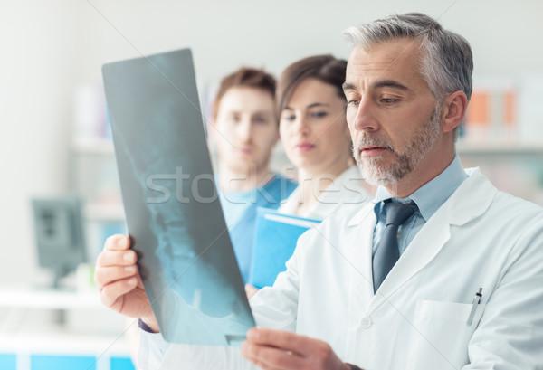 Medische team onderzoeken Xray professionele ziekenhuis Stockfoto © stokkete