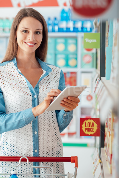 ストックフォト: 女性 · ショッピング · タブレット · 食料品 · ストア