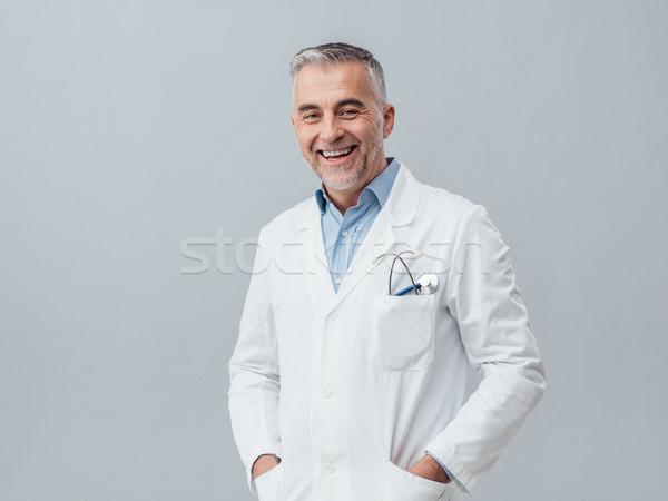 Vrolijk arts poseren volwassen glimlachend camera Stockfoto © stokkete