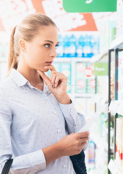 Zdjęcia stock: Zakupy · listy · młoda · kobieta · supermarket