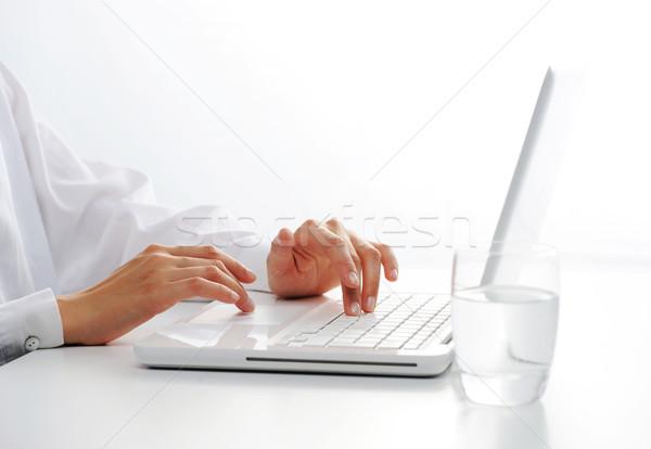 Wpisując biały kobiet ręce Zdjęcia stock © stokkete