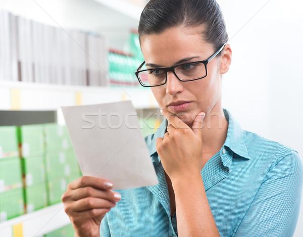 Zdjęcia stock: Atrakcyjna · kobieta · zakupy · listy · okulary · supermarket