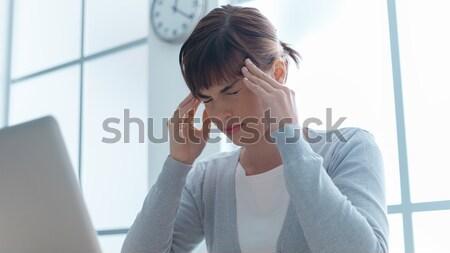 Töprengő üzletasszony olvas sms iroda megérint Stock fotó © stokkete