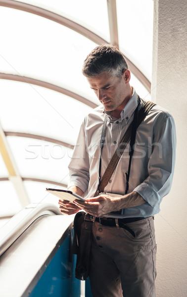 Adam yürüyen merdiven tablet dijital arama Stok fotoğraf © stokkete