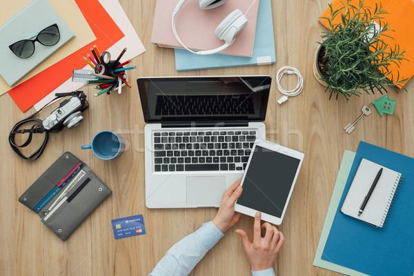 ストックフォト: 女性実業家 · 作業 · デスク · ノートパソコン · デジタル