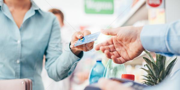 Mulher armazenar supermercado cartão de crédito Foto stock © stokkete