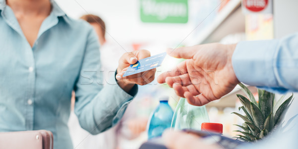 Vrouw store kassa supermarkt betalen creditcard Stockfoto © stokkete