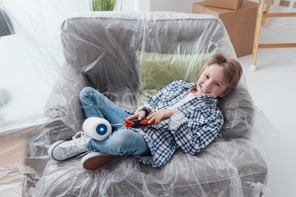 Gemakkelijk home improvement jongen vergadering fauteuil gedekt Stockfoto © stokkete