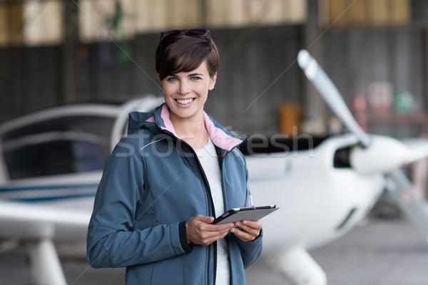 Viaje aviación aplicaciones femenino piloto salida Foto stock © stokkete