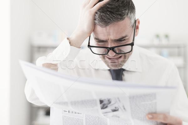Rendkívüli hírek üzletember iroda olvas rossz üzlet Stock fotó © stokkete