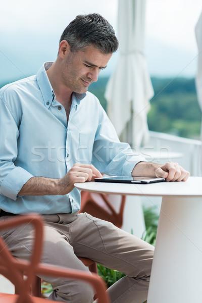 Relaks taras bar biznesmen ekran dotykowy tabletka Zdjęcia stock © stokkete