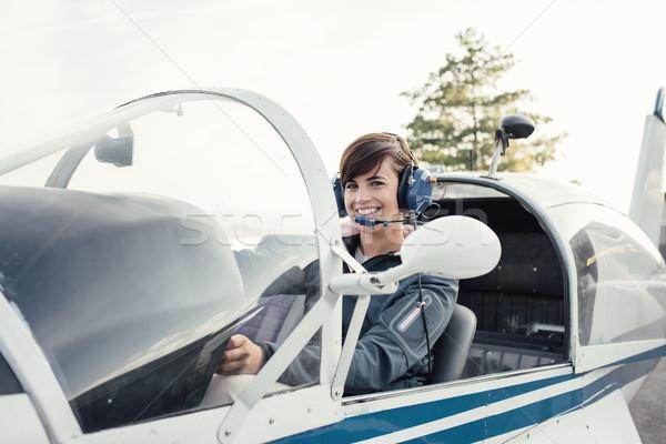 Piloot vliegtuigen cockpit glimlachend vrouwelijke licht Stockfoto © stokkete