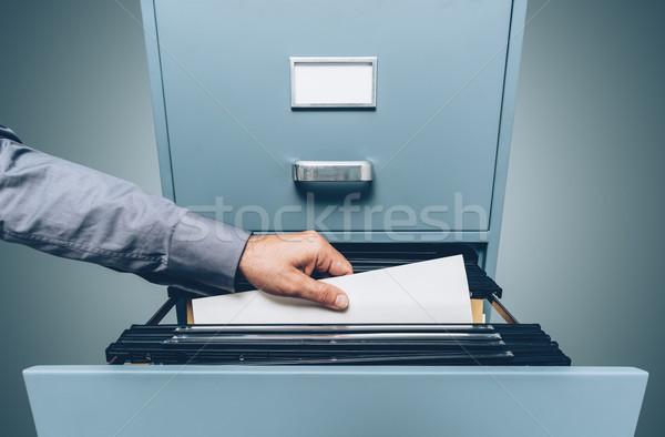Foto d'archivio: Ufficio · ricerca · file · memorizzazione · dei · dati · mano