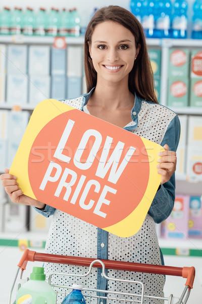Supermarkt glimlachende vrouw winkelen korting teken Stockfoto © stokkete