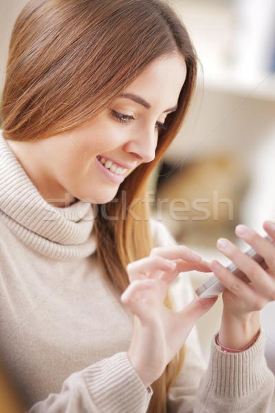 Genç güzel bir kadın kadın Internet teknoloji Stok fotoğraf © stokkete