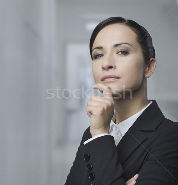 Feminino gerente mão queixo encantador posando Foto stock © stokkete