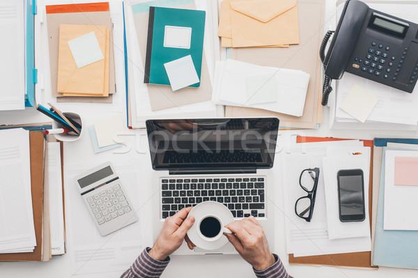 Pausa caffè imprenditore lavoro utilizzando il computer portatile rilassante Foto d'archivio © stokkete