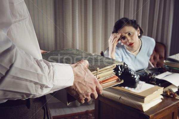 Túlhajszolt üzletasszony hangsúlyos üzletasszony papírmunka iratok Stock fotó © stokkete