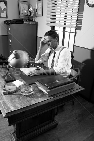 Telefonbeszélgetés tart lehangolt üzletember kéz homlok Stock fotó © stokkete