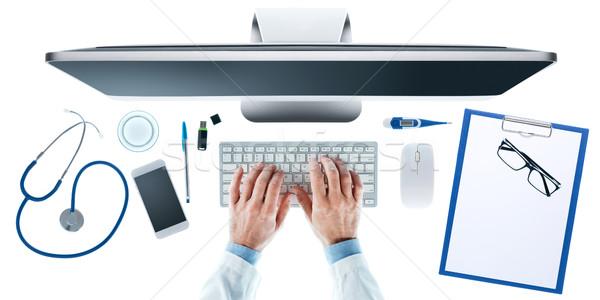 Orvosok asztali orvos asztal dolgozik számítógép Stock fotó © stokkete