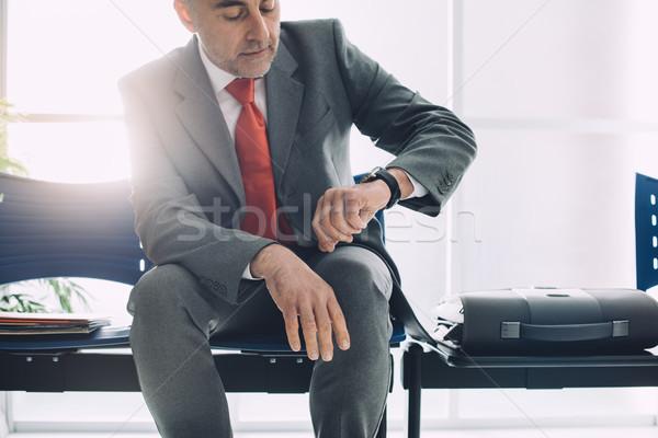 ストックフォト: 企業 · ビジネスマン · 待って · 時間 · 座って · 待合室