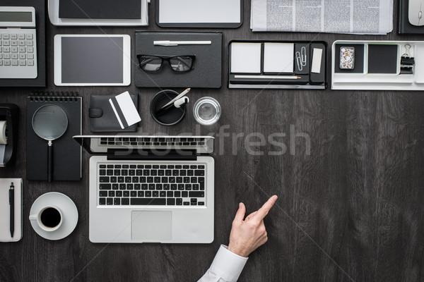 Geschäftsmann Hinweis Desktop Laptop arbeiten Stock foto © stokkete