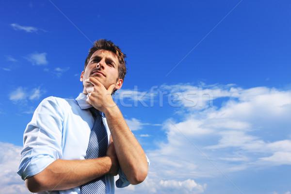 Jonge man denken jonge zakenman blauwe hemel zomer Stockfoto © stokkete