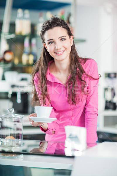 Vrolijk serveerster coffeeshop glimlachend hot Stockfoto © stokkete