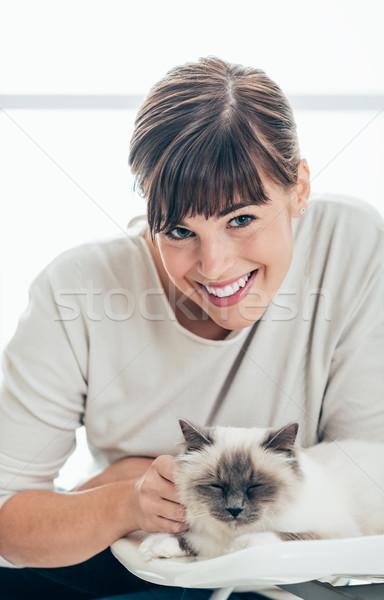 счастливым ПЭТ владелец кошки женщина улыбается камеры Сток-фото © stokkete