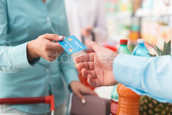 Stockfoto: Vrouw · store · kassa · supermarkt · creditcard · kassier