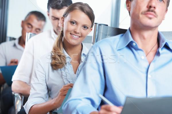 Prendre des notes séminaire affaires peuples jeune femme souriant Photo stock © stokkete