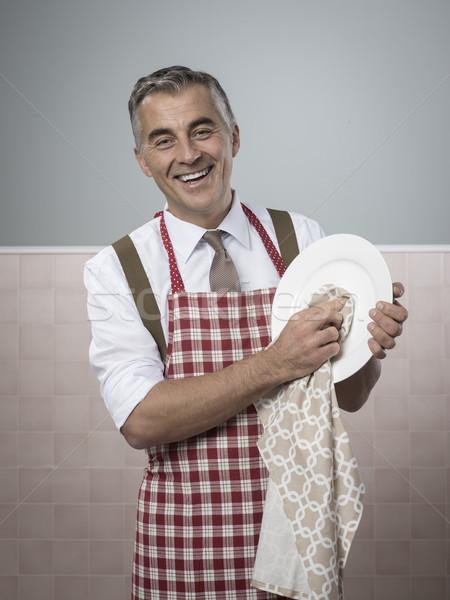 Człowiek gospodarstwo domowe vintage uśmiechnięty fartuch Zdjęcia stock © stokkete