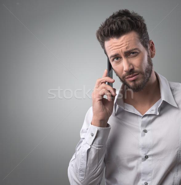Decepcionado hombre teléfono joven tecnología camisa Foto stock © stokkete