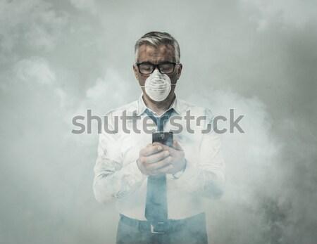 Férfi szennyezés maszk tart felirat visel Stock fotó © stokkete