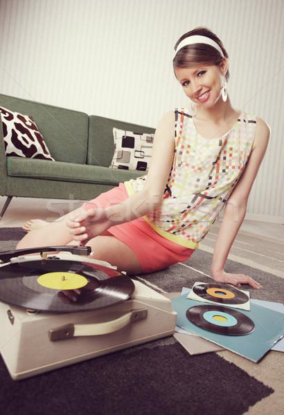 Vintage musique jeune femme écouter amusement Photo stock © stokkete