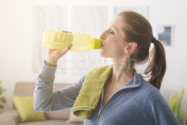Sportos nő ivóvíz üveg edz fitnessz Stock fotó © stokkete