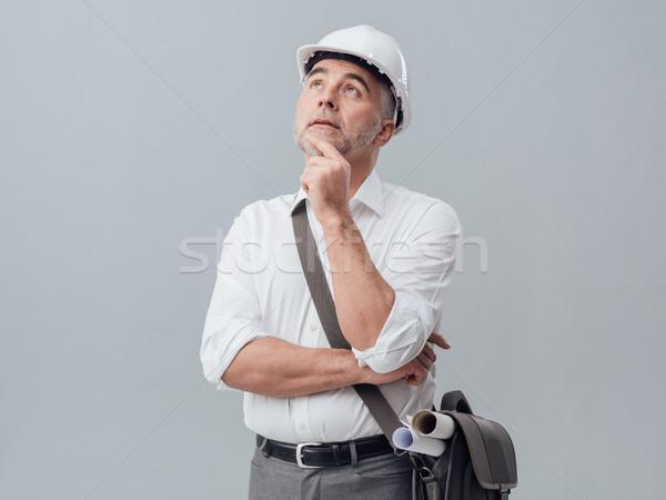 Figyelmes építkezés mérnök gondolkodik kéz áll Stock fotó © stokkete