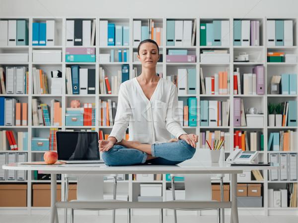 Nő gyakorol meditáció asztal nyugodt otthon Stock fotó © stokkete
