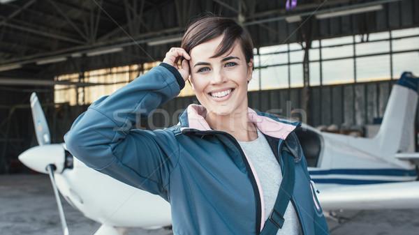 Glimlachend jonge piloot poseren propeller vliegtuig Stockfoto © stokkete