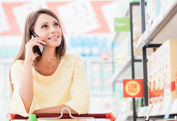 Zdjęcia stock: Telefonu · kobieta · wzywając · sklepu · uśmiechnięty · atrakcyjny · młoda · kobieta