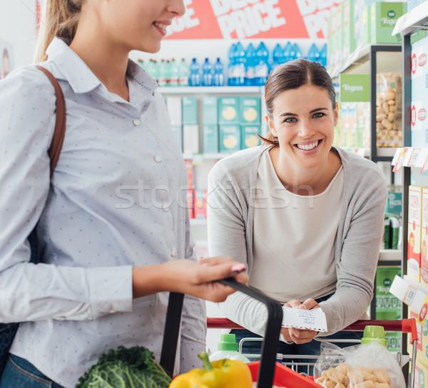 Vrouwen winkelen samen supermarkt vrienden kruidenier Stockfoto © stokkete