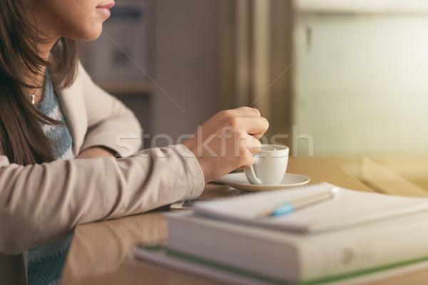 Diák kávészünet fiatal női könyv jegyzetfüzetek Stock fotó © stokkete