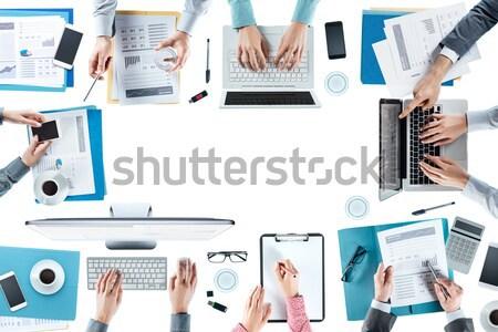 üzleti csapat dolgozik asztal irodai asztal felső kilátás Stock fotó © stokkete