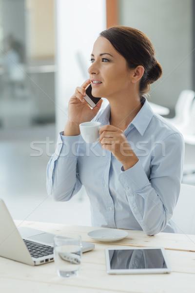 Donna d'affari pausa caffè sorridere seduta parlando Foto d'archivio © stokkete