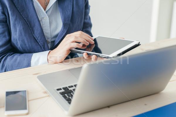 üzletasszony érintőképernyő tabletta ül irodai asztal dolgozik Stock fotó © stokkete