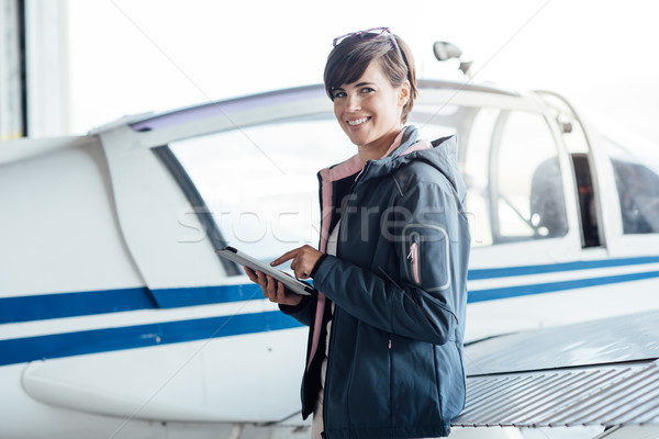 Piloot digitale tablet glimlachend vrouwelijke Stockfoto © stokkete