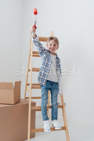 Melhoramento da casa bonitinho em pé escada Foto stock © stokkete