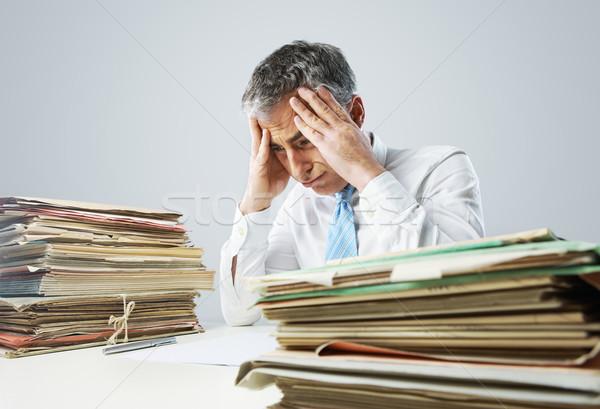 Hangsúlyos üzletember papírmunka akták felfelé asztal Stock fotó © stokkete